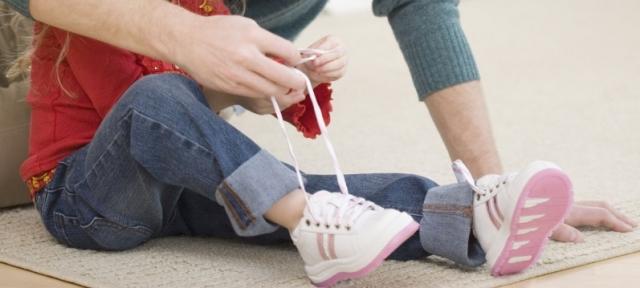 Як навчити дитину зав'язувати шнурівки