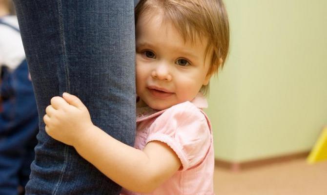 Дитина не відпускає від себе маму ні на крок: що робити