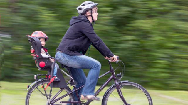 Подорожуємо з дітьми … на велосипеді, або як вибрати дитяче велосипедне крісло