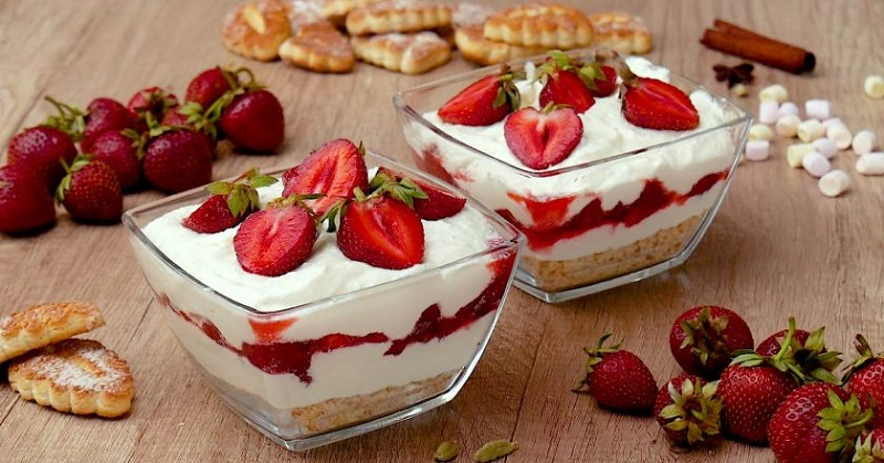 Порційний десерт з полуницею